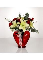 Kırmızı Kalp Vazoda Güller