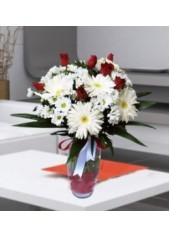 Vazoda Gül ve Beyaz Çiçekler