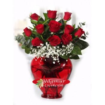 Kalp Cam Vazoda Kırmızı Güller